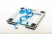 bilancia e centimetro, sovrappeso e obesità