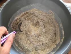 unisci gli ingredienti della torta vegana senza glutine
